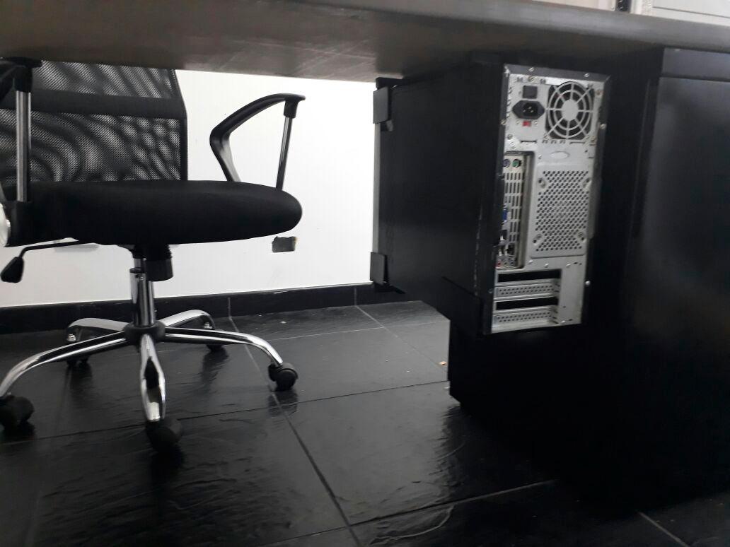 Soporte ajustable para fijar torre cpu bajo mesa de for Trabajos por debajo de la mesa